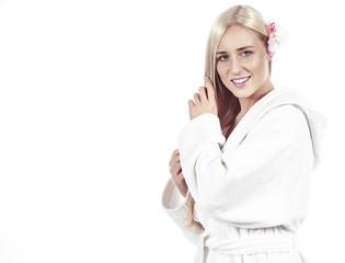 Junge Frau im weißen Bademantel