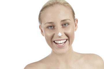 Mädchen mit Creme auf Nasenspitze