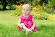 Kleines Mädchen im pinken Kleid