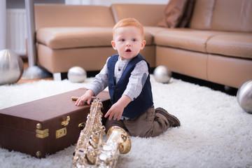 Kleiner Junge mit Saxophone