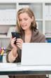 geschäftsfrau schaut auf ihr smartphone