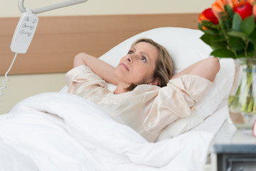 besorgte frau im krankenhaus