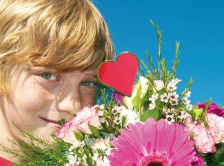 Kind mit Blumenstrauß