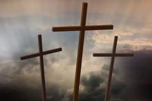 Trzy drewniane krzyże