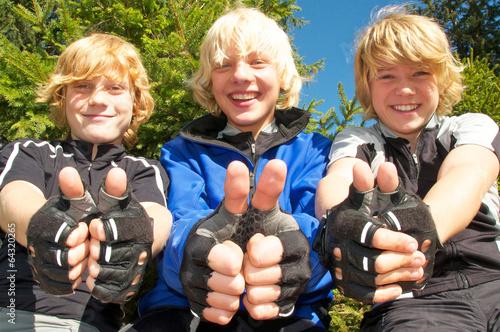 Drei glückliche Kids auf Fahrradtour