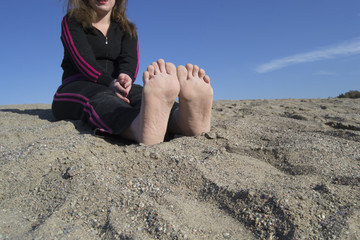Dry / wet summer feet in the sand - woman sitting @ the beach