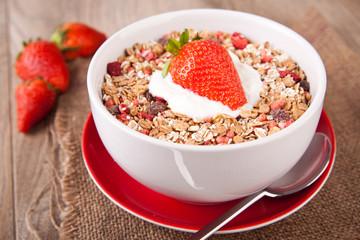 Müsli mit frischen Erdbeeren