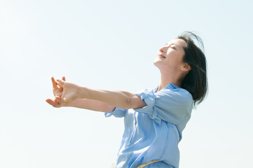 空を背景にした女性