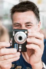Mann beim Fotografieren