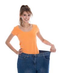 Junge Frau ist stolz auf ihre Gewichtsabnahme