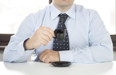 Uomo in ufficio in pausa caffè