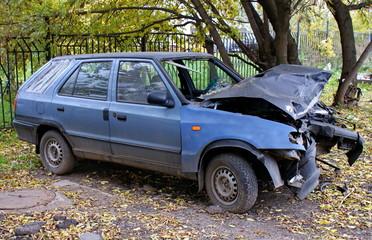 Старая разбитая машина