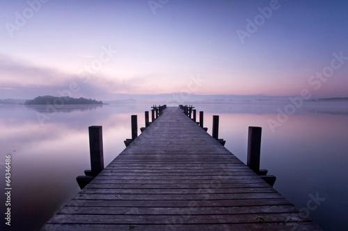 lila Wolken am See