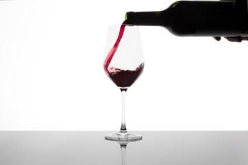 botella sirviendo vino