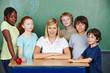 Lehrer und Schüler stehen vor Tafel