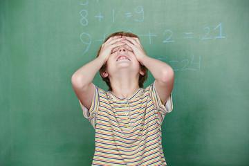 Kind mit Dyskalkulie vor Tafel