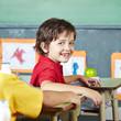 Lachendes Kind beim Schulanfang