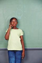 Mädchen sucht nach Lösung für Problem