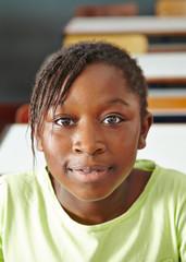 Afrikanisches Mädchen im Klassenzimmer