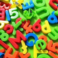 Viele bunte Buchstaben und Zahlen