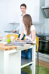 paar in der küche
