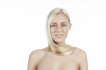 Mädchen mit glatten blonden Haaren