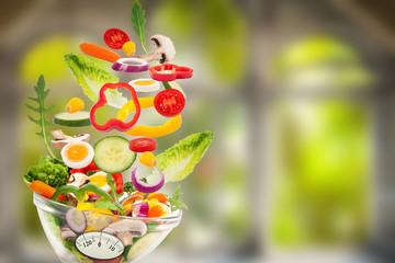 fliegender Salat vor natürlichen Hintergrund