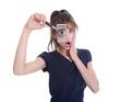 Schockierte Business Frau blickt auf steigende Kosten