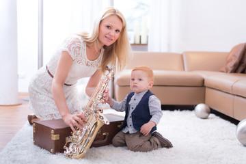 Mama zeigt Junge wie man Saxophone spielt
