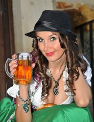 Junge Frau mit Bier