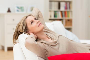 ältere frau entspannt zuhause auf dem sofa