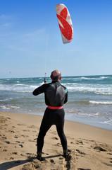 Uomo anziano fa kitesurf