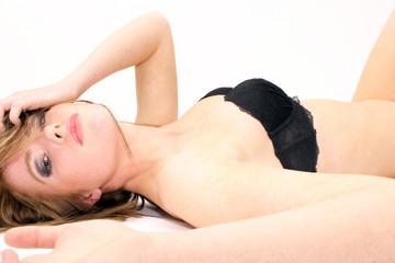 verführerische, junge Frau liegt auf dem Rücken