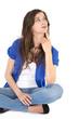 Hübsche junge Frau sitzend isoliert blickt lachend nach oben