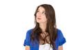 Blick nach oben: Hübsche junge Frau isoliert blickt interessiert