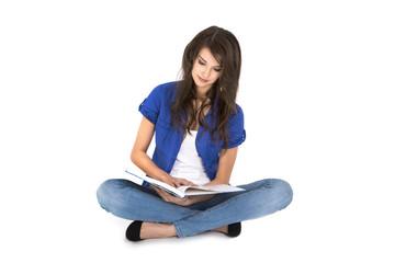 Junge Frau sitzend isoliert liest in einem Buch