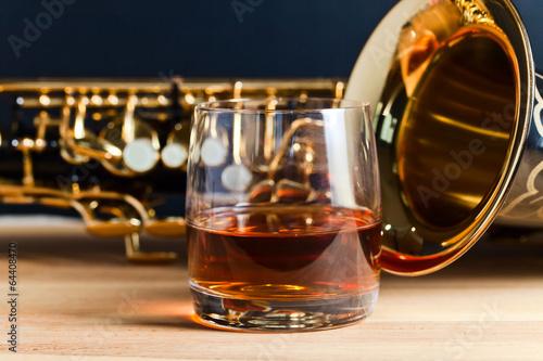 Staande foto Muziekwinkel Saxophone and whiskey