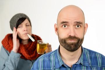 Gestresster Mann mit kranker Frau