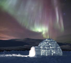 Iglu mit Nordlicht