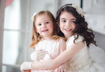 dos niñas en la fiesta