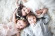 Leinwanddruck Bild - tres niños tumbados boca arriba