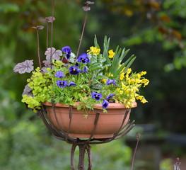 vase de fleurs sur support en métal