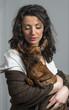donna con scialle che tiene in braccio il suo cane