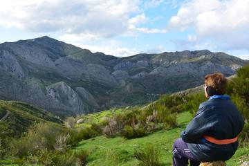 Mujer mayor disfrutando de paisaje de alta montaña