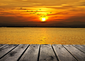 puesta de sol en el mar calmado