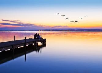 novios en el embarcadero del lago