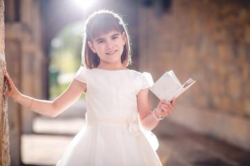 niña con biblia