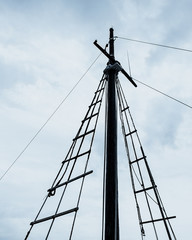 Simple ship's mast opposite the cloudy sky