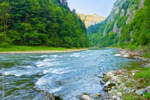 das-dunajec-river-gorge-naturschutzgebiet-die-pieniny-berge