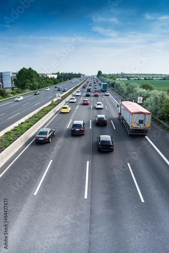 Verkehrsfluss auf Autobahn - 64437631